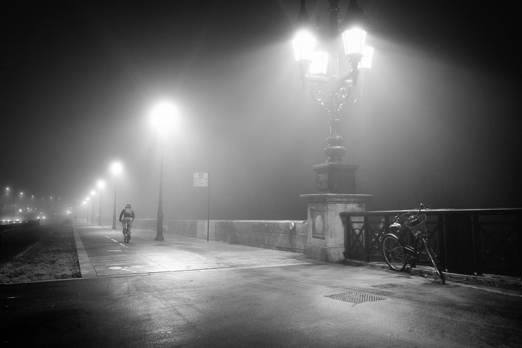Le vélo attend seul. Mais pourquoi l'a t-on abandonné ?