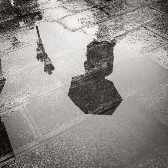 Reflet d'un parapluie sur le pavé de Paris