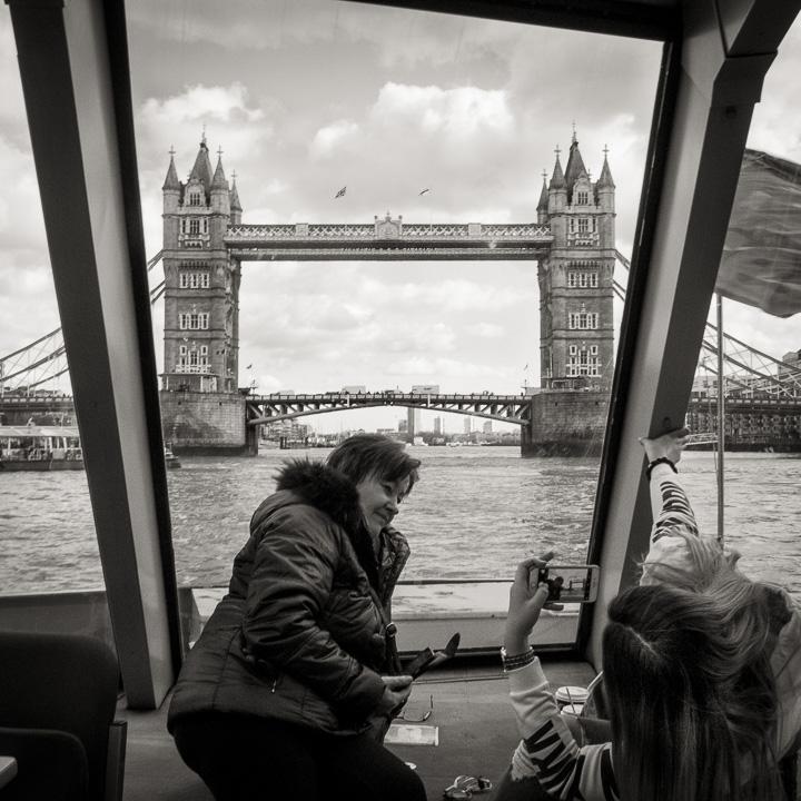 Touristes sur une vedette sur la Tamise et la Tour de Londres en fond.