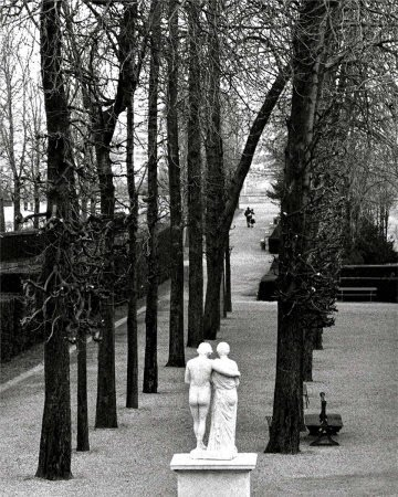 Un couple dans le parc se saint Cloud est en miroir d'une statue