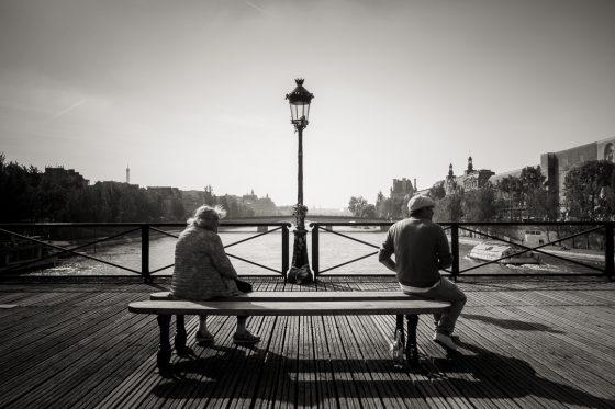Couple solitaire au pont des Arts