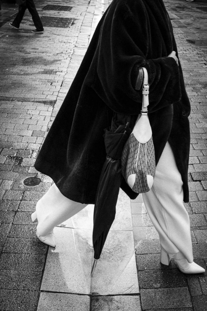 Street photo et le hasard. Pantalon blanc un jour de pluie