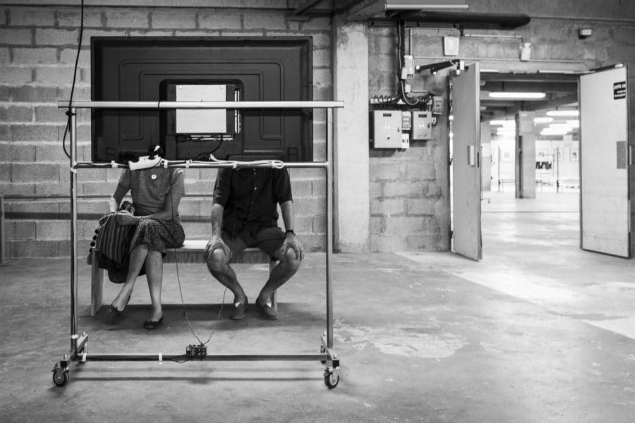 Couple devant une télévision lors d'une exposition à Arles Bruno Tourtoy
