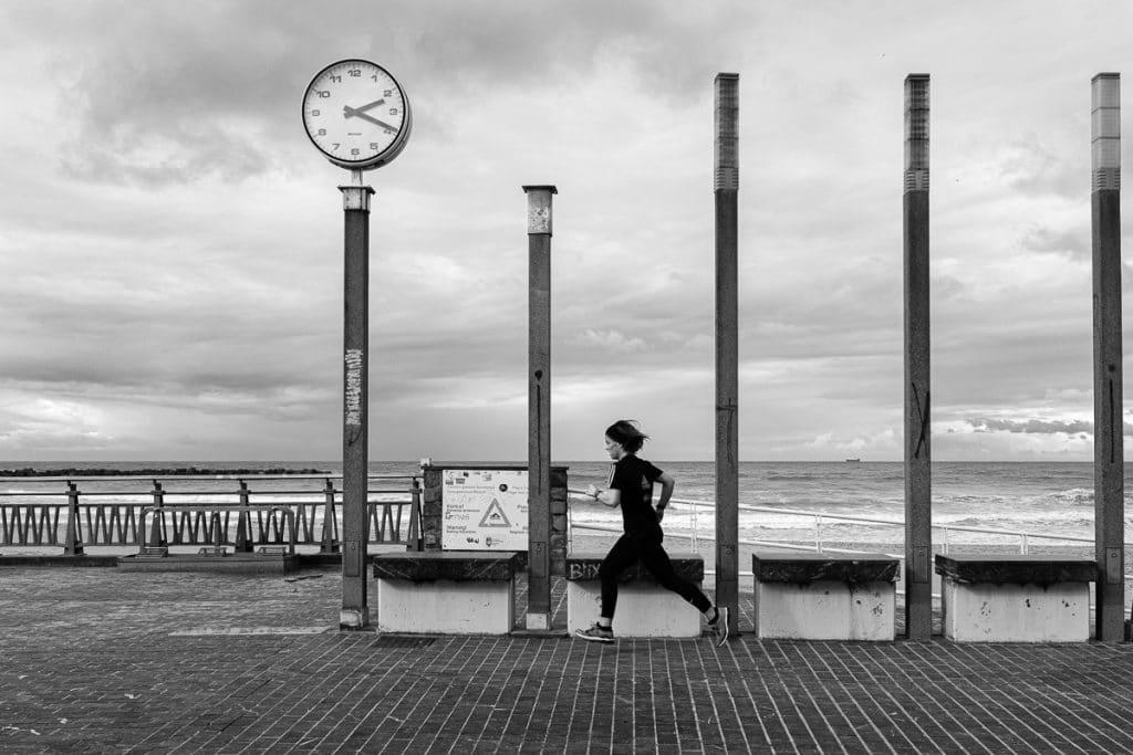 Coureuse à l'horloge à San Sebastian Bruno Tourtoy