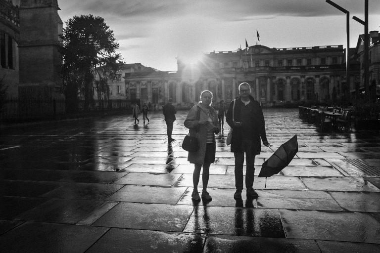 Couple sous la pluie à Bordeaux Bruno Tourtoy