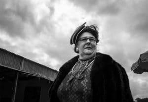 Photographie de rue : portrait de femme au chapeau