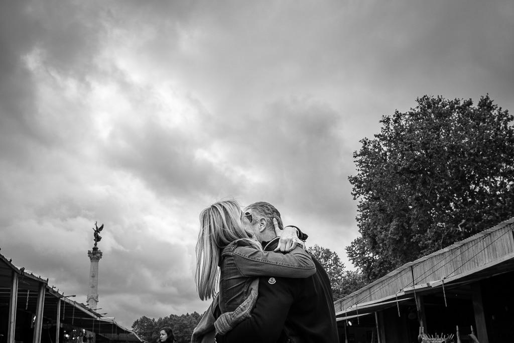 Photographie de rue. Deux amoureux perdent la tête
